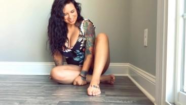 Tinies worship Giantess' feet