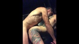 Cazzo Tatuato Slut presso la Sauna