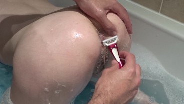 Shaving my pussy in the bath