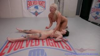 Nude Lesbiche Wrestling ha London River e Charlotte Sartre andando selvatici