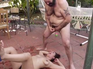 In the garden – Rosario Gallardo squirta roteando sull'altalena
