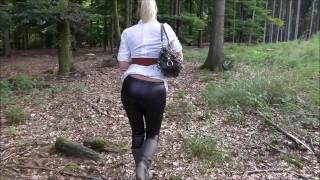 Lara Cumkittens rasierte Muschi wird im Wald voll gespritzt