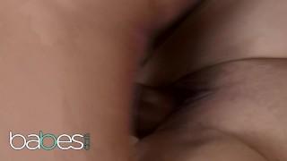 BABES - Candy Alexa bliver en belastning på hendes store naturlige bryster