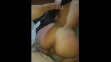 Novia argentina sumisa cogiendo y gimiendo en cuatro patas