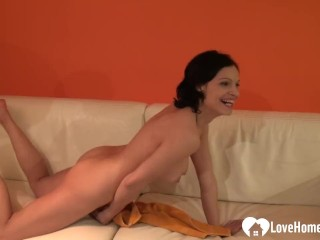 Teen shows her nice tits and her ass