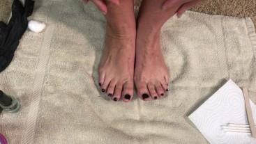 MILF Paints her Toenails