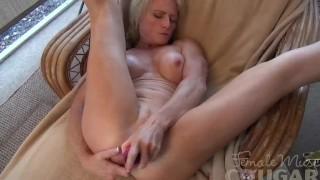 Mature muscle Mandy fucks a dildo