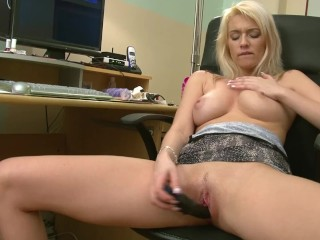 Blondie Amy cums for you on her computer just before checking her DM´s