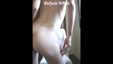 Delycia White: contoneos sexys, azotes, palabras calientes y orgasmo final