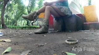 Amatőr Vörös Hajú Csaj A Bugyijába Pisil A Játszótéren