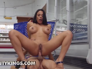 Reality Kings – Phat ass milf Luna Star gets ass fucked in public