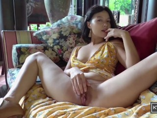 Asian Girl plays the piano, shows off her private parts and pees (Kylie_NG) (25 Aug 2019)