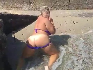 So hot women with big ass playing on sea and show body (26 Aug 2019)