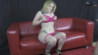 Casting divano ragazza con grandi tette scopa per lavoro