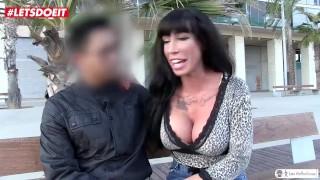 AMATEUR EURO - Busty pornostar a sorpresa e scopa un ragazzo vergine