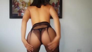 ► Colombian youtuber shaking her butt in fishnet stockings
