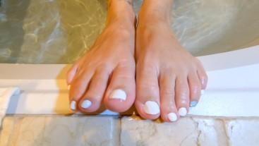 AMATEUR MILF FOOT PLAY | FEET FUN | FOOT FETISH | BATH TUB | BATH TIME