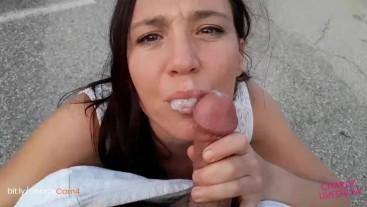 Elle se baise au milieu de la rue et avale tout !