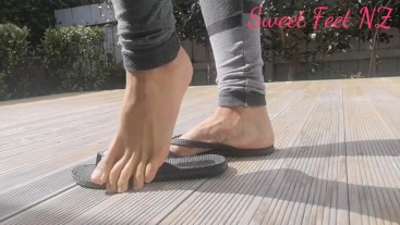 Flip Flops on her beautiful Feet to satisfy your Foot Fetish