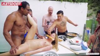 FORBONDAGE - Bondage impreza na basenie pieprzy się z rosyjską nastolatką