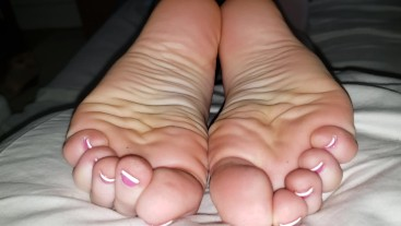 Music Video: VICTORIA FLAUNTS HER SEXY WRINKLED BARE SOLES FOR THE CAMERA