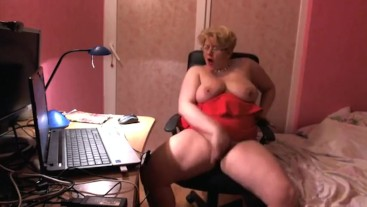 Fingering pussy and squirt in the office