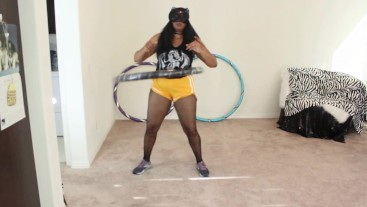Ebony MILF handles 10-pound power hula hoop
