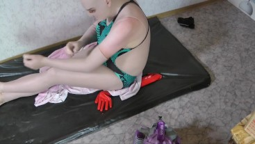 Doll try on the silicone gloves to be an complete living doll