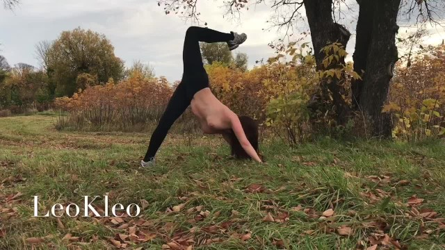 La naked Naked outdoor training with a yoga teacher leokleo