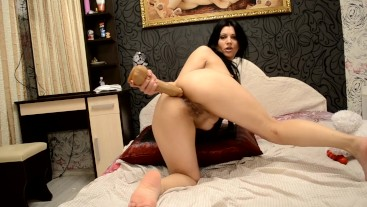 Russian porn slut fucks her anal pussy and cums with pleasure