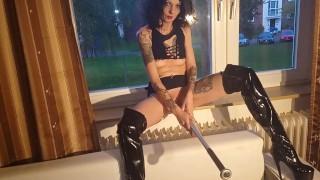 免费色情影片 - 妓女用棒球棍在窗口为邻居乱搞自己