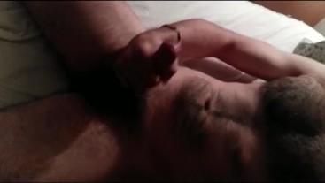 Grande orgasmo sull'addome peloso