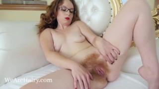 Anna szexi szemüveges vörös hajú kis cicis csaj masztizik