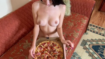рассчиталась с доставщиком пиццы минетом и дала трахнуть киску