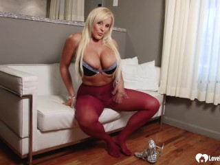MILF in paose displays her smoking legs