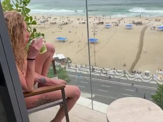 Analizja kremowa na balkonie w rio de janeiro