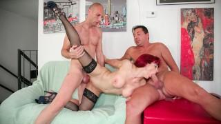 AMATEUR EURO - Trio slut Mary Rider italiano maturo con uomini eccitati