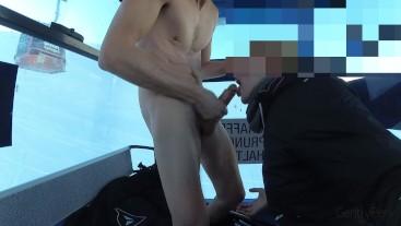 EXHIB CHAIRLIFT. Sborro completamente nudo in seggiovia. Tutti mi vedono