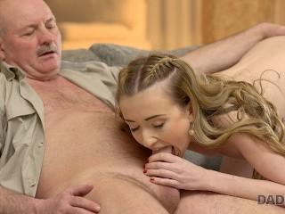 DADDY4K. Der glückliche alte Mann bekommt einen Blowjob