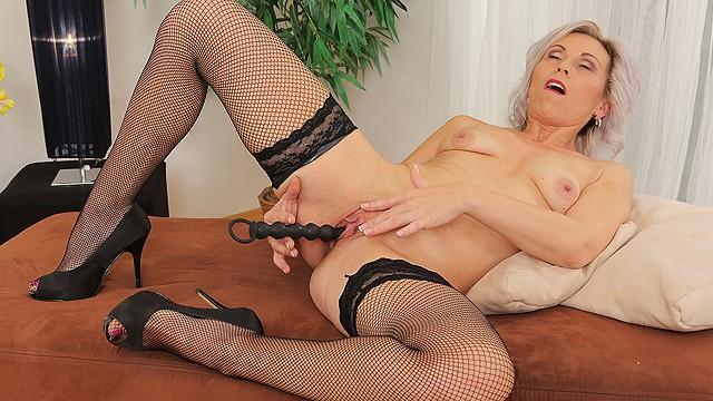 Grandmas peeing porn - Grandma toying her old dry pussy