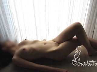 Masturberen mt überkreuzten Benen auf dem Boden