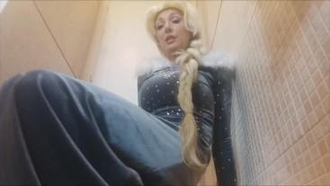 Elsa non è affatto FROZEN e si mostra senza remore