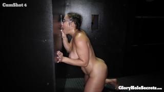 Сексуальная соблазнительная девушка в очках ест 10 порций незнакомых людей