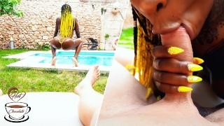 татуированная красотка делает минет на свежем воздухе у бассейна