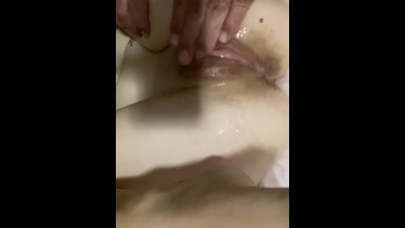 Amateur slut loves getting fingered and squirting