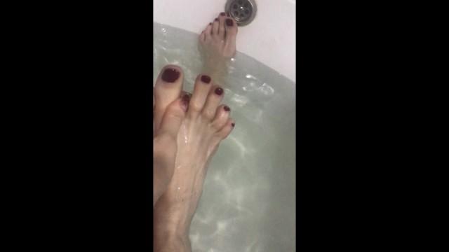 Bondage paraphenalia Pretty long feet in the bath