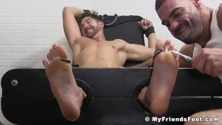 Tubos sexuales gratis - My Friends Feet Atleta Musculoso Cosquilleo Tiene Cepillos De Dientes Haciéndole Cosquillas