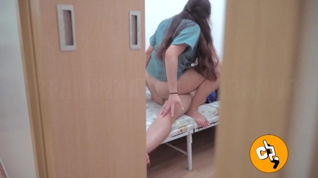 Flagra no hospital - Enfermeira safada quicando no cacete do paciente