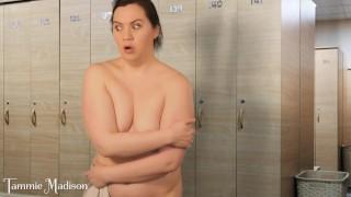 映画ポルノ - Tammie Madison ロッカールームの混乱-恥ずかしい裸の女性が間違った部屋で裸になる