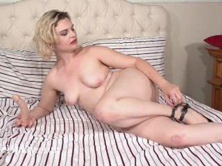 Quinn Helix masturbates in bed with her dildo